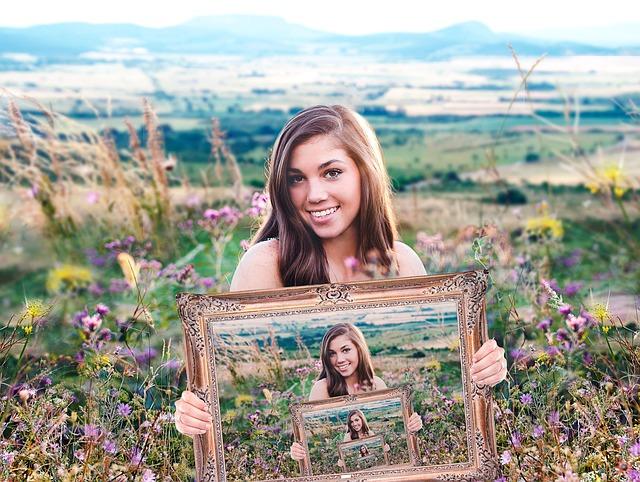 dívka držící rámeček