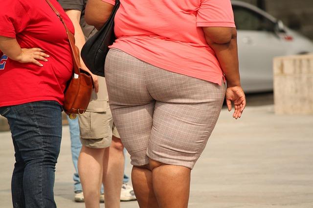 tlustá žena v šortkách